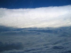 """Panoramique de """"l'oeil"""" du cyclone tropical Katrina et du """"mur de l'oeil"""" avec un éclairement en incidence rasante montrant plus de détails sur les nuages peu développés de la basse atmosphère dans """"l'oeil du cyclone"""". On retrouve l'enroulement des structures nuageuses et l'élévation progressive du sommet de ces nuages vers le """"mur de l'oeil"""". Vue d'avion prise le 28 août 2005, au maximum de l'intensité du cyclone tropical Katrina, la veille de son arrivée sur La Nouvelle-Orléans. UMR5560 Laboratoire d'aérologie 20070001_1349"""